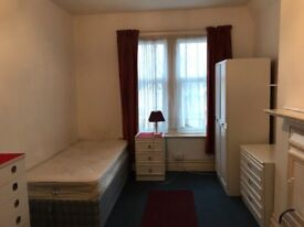 Large Bed Sit with kitchen area Westbourne High Street !