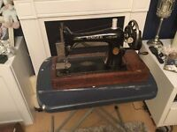 VINTAGE COLLECTABLE SINGER HAND OPERATED SEWING MACHINE