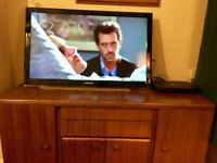 Samsung HD LCD 37in smart TV with Freeview, wall mount, remote etc