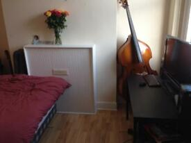 Nice and cosy massive double room available right away.