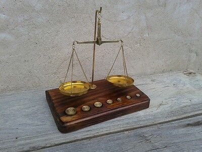 balanza de 2 platos con 7 pesitas en peana de madera, usado segunda mano  Embacar hacia Argentina