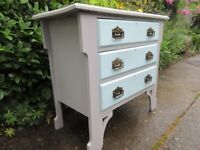 3 DRAWER CHEST OF DRAWERS .