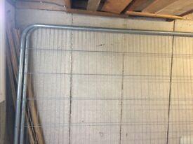 2 Herras Fence Panels, 4 rubber feet, 2 coupliers