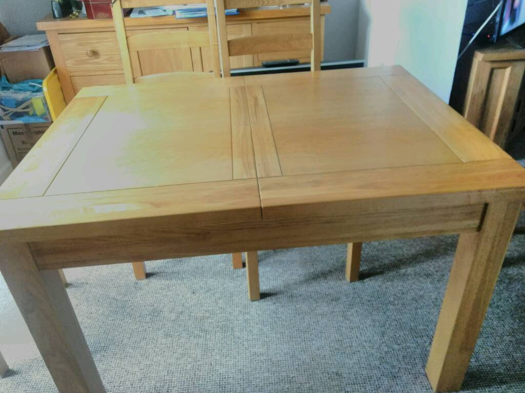 Dinning table extending 6 seater