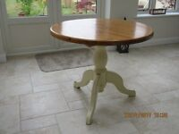 Pine pedestal table .