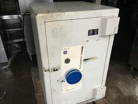 Very Heavy Safe weighing about 600kg (will deliver on pallet)
