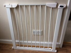 Easy to fit Pressure fit Stair Gate inc all fixings