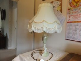 LARGE VINTAGE 1960'S MARBLE TABLE LAMP WITH DECORATIVE CREAM SHADE - PAT TESTED.