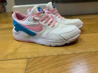 **BRAND NEW NIKE WOMENS TRAINERS SIZE 6**