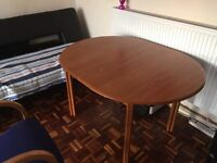 Table + 2 Chairs - Extendable Table. GOOD CONDITION