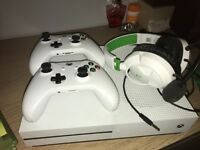 *IMMACULATE CONDITION* Xbox one slimline with brand new turtle beach headset and games