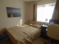 Nice Bedroom Available Now! Central Line!! COUPLES OK