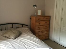 Double room in modern bright flat £400 pcm Residents parking