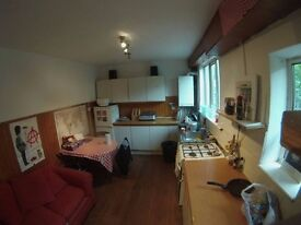 ROOMS IN EAST LONDON! SINGLE-DOUBLE-TRIPLE-SHARING ROOM AVAILABLE NOW! LOW DEPOSIT AND SHORT TERM!