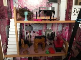 Dolls house heaven ! A beautiful chic house with 19 monster high dolls included !