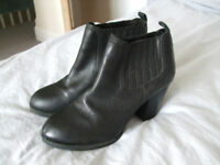 Great pair of black Clarks ankle boots with medium heel, size 6/39, barely worn