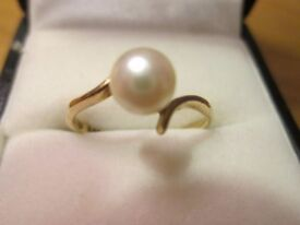 Beautiful 9 ct .375 gold ring with large genuine pearl size M