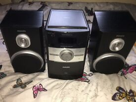 Fantastic condition Philips Speaker with CD player and docking station for iPhone 4 and earlier.