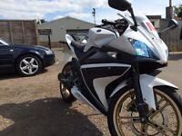 Selling my Yamaha YZF R125, white and carbon, 2013, in very good condition LOW MILES !