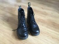 Classic Unisex Airwair Black Doc Martens EU 39/UK 6