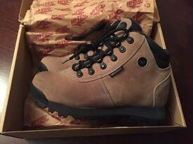 Ladies Hiking boots - size 4 - tan suede