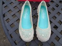 Skechers Natural Sweet Pea Shoes in Size 5 (Brand New)