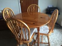 Round table and 4 chairs in pine good condition