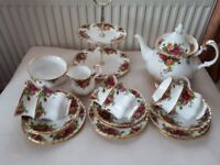ROYAL ALBERT. OLD COUNTRY ROSES. 22 PIECE TEA SET.