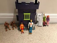 Scooby Doo haunted castle and 7 figures