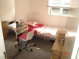 Single fully fitted room in clean flatshare only 4mins from Old Street station. All inclusive.