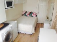 STUDIO ROOM WITH ENSUITE SHOWER HOUNSLOW/OSTERLEY £650 OR £700 COUPLE BILLS INC