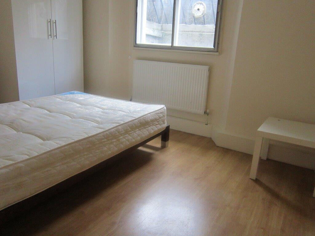 £280 / w - Two bedroom flat on Hammersmith Road close to Barons Court station