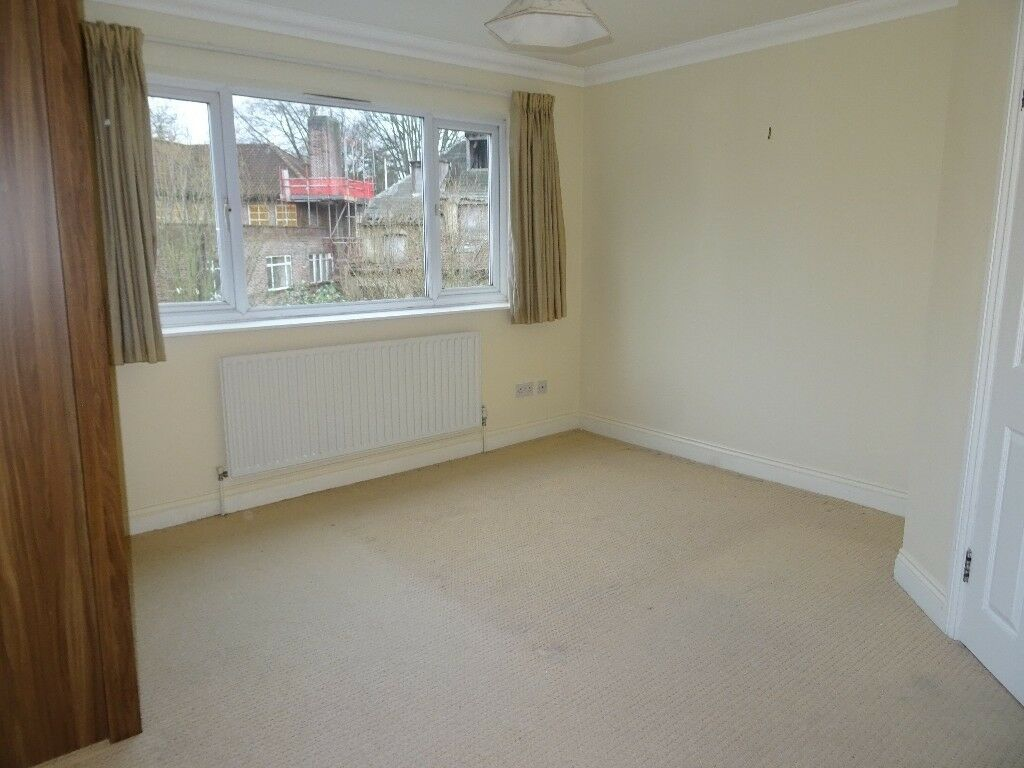 Spacious 2 bed apartment with off street parking and patio garden in the heart of Purley CR8