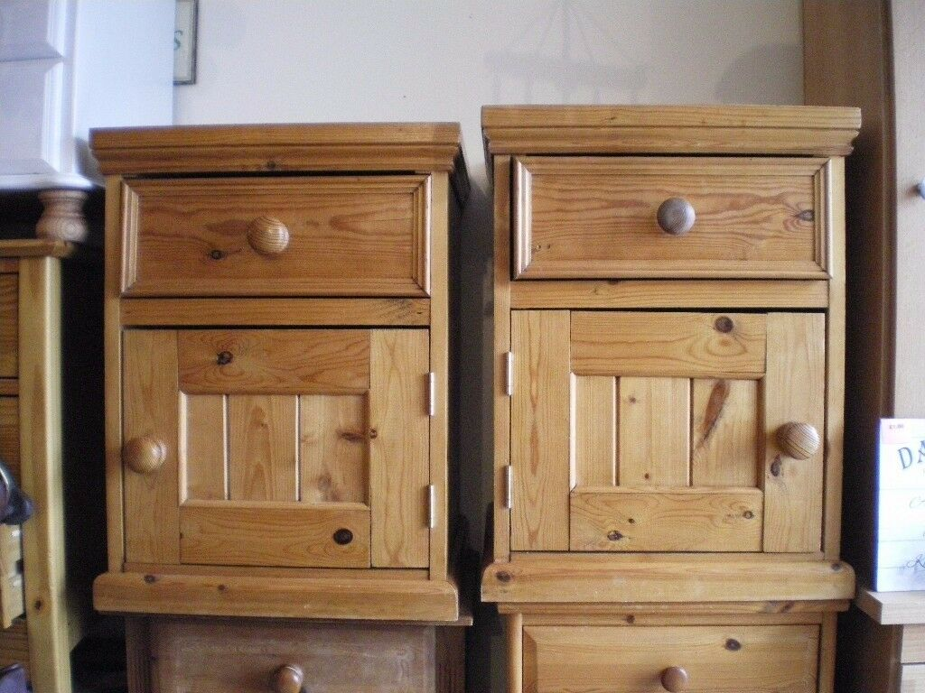 A PAIR OF QUALITY SOLID PINE BEDSIDE TABLES