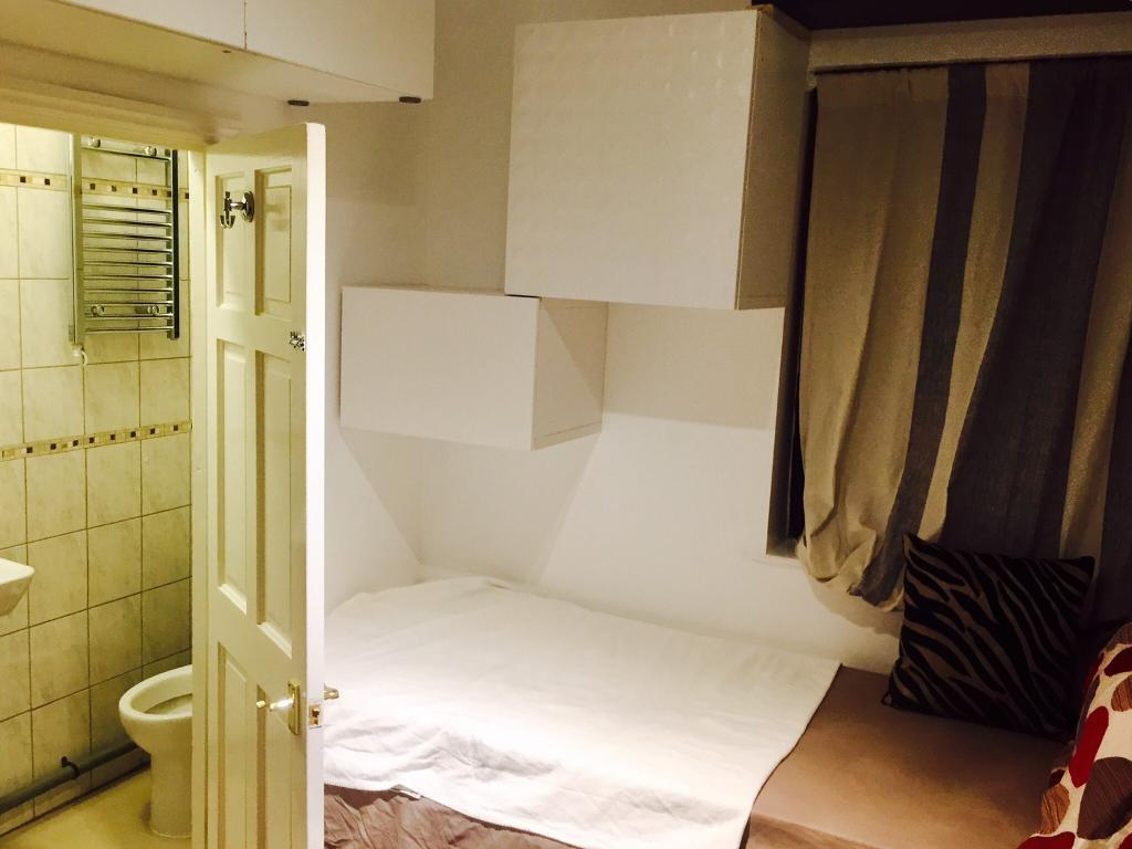 Very clean Studio Room / bedsit. Available for short Let/ Holiday Let ( E7 zone 3 )