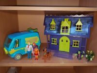 Scooby doo bundle including the mystery machine car, multiple scooby doos and a haunted mansion