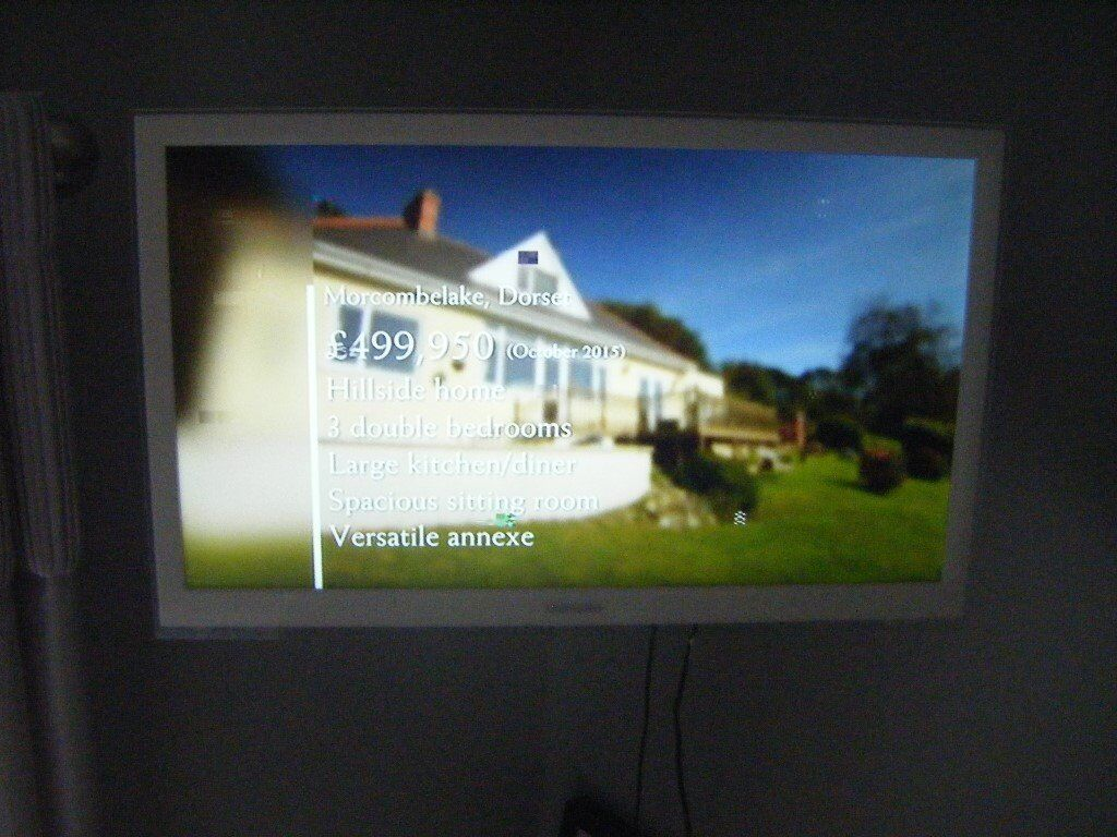Samsung Smart Tv White With Remote And Swivel Wall