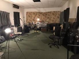 Music studio practice room 24 hour rehearsal drumming / guitar / bass / piano room - Hire / rent