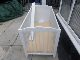 white cot/bed