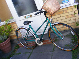 """LADIES RALEIGH HYBRID BIKE WITH FITTED BASKET 18"""" FRAME IN GREAT WORKING ORDER"""