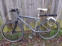 Mens GT hybrid bike with hydraulic brakes and carbon fork 18/5 frame bargain
