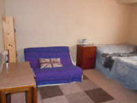 Large double/twin room for couple or 2 girls