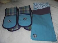OVEN GLOVES AND TEA TOWLES