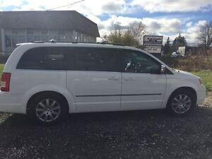 2009 Chrysler Town & Country Touring with Leather London Ontario image 6