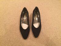 Vivaldi nubuck Court shoe in navy