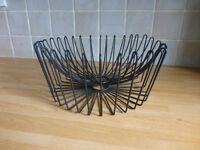 Black, wire-coated fruit basket