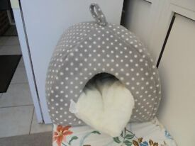 Cat Kitten igloo bed never beeb slept in.