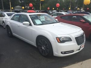 2012 CHRYSLER 300 S V6 - PANORAMIC SUNROOF, HEATED SEATS & STEER