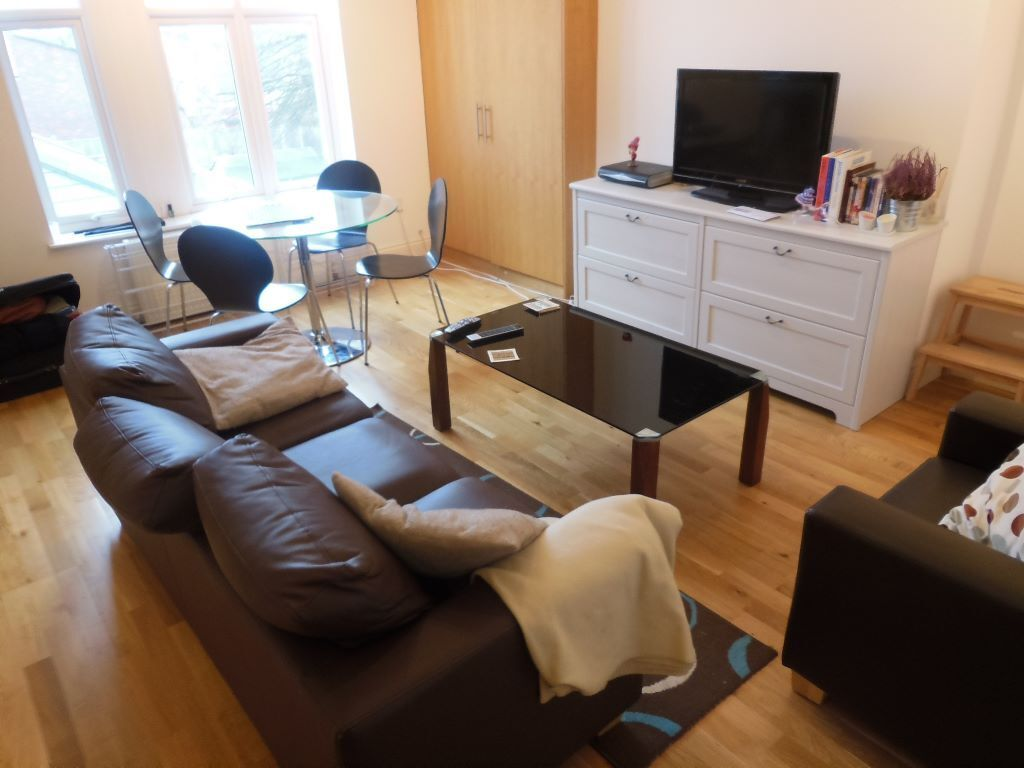 Stunning 2 Bed Flat with Balcony- West Norwood