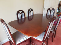 Solid Wood Extensible Dining Table and 6 matching Chairs